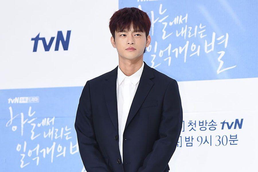 Seo In Guk se disculpa por la controversia por su alistamiento militar