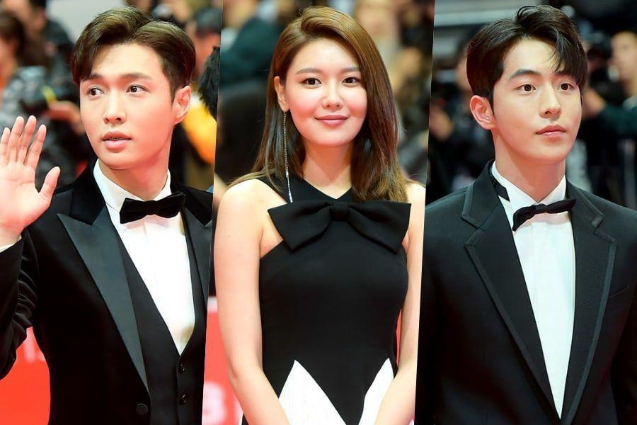 Las estrellas deslumbran en la carpeta roja para la inauguración del 23º Festival Internacional de Cine de Busan