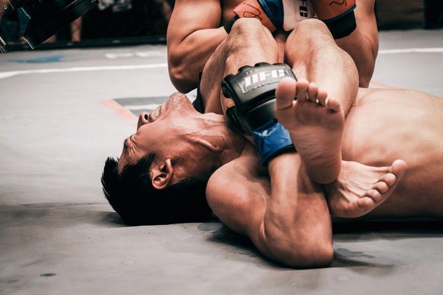 """Jang Hyuk se vuelve intensamente físico para una escena brutal de lucha en """"Bad Papa"""""""