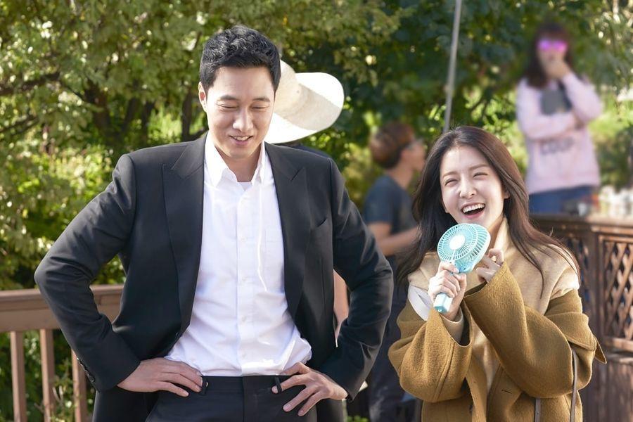 """So Ji Sub y Jung In Sun se divierten en nuevas imágenes tras las cámaras de """"Terius Behind Me"""""""
