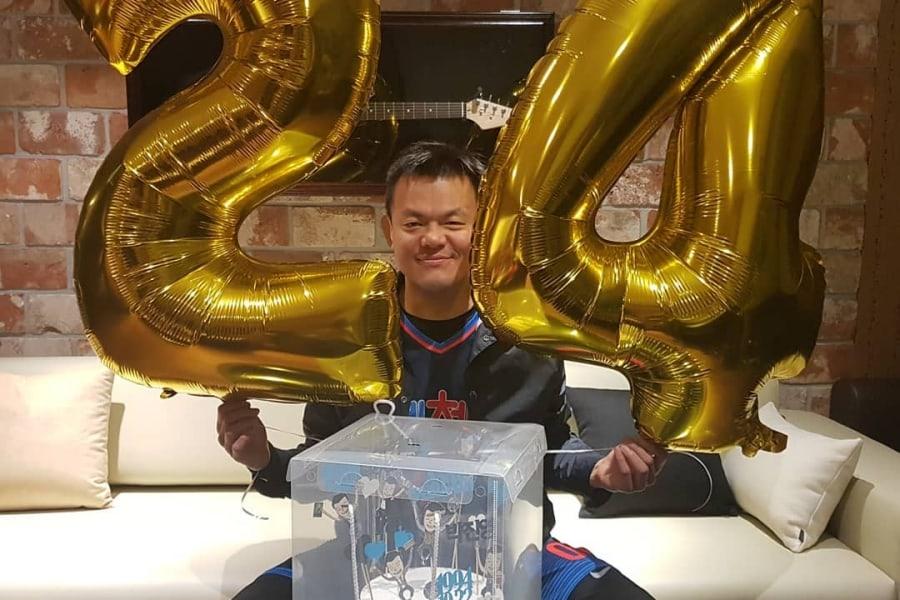 El fundador de JYP, Park Jin Young, celebra su 24º aniversario con un sincero mensaje para sus fans
