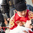 "Yeo Jin Goo Se aferra a Kim Sang Kyung en el episodio final de ""The Crowned Clown"""