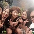 Song Ji Hyo, Lee Kwang Soo, Jun So Min y Ji Suk Jin muestran su amor y apoyo a HaHa en la apertura de su tienda