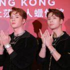 Jackson de GOT7 posa con su figura de cera en Madame Tussauds Hong Kong