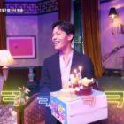 """IU sorprende a Yeo Jin Goo con un pastel de cumpleaños mientras filman """"Hotel Del Luna"""""""