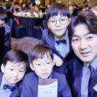 Los trillizos Song visten traje como apoyo a Song Il Gook ya que se ha convertido en embajador honorario de ChildFund Korea