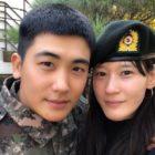 """Park Hyung Sik recibe una visita del elenco de """"Juror 8"""" en el ejército"""