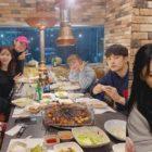 """Han Hye Jin comienza el año nuevo con los miembros del reparto de """"I Live Alone"""""""
