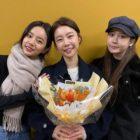 Hyeri y Yura de Girl's Day animan a Sojin en su obra