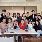 """El elenco de """"Once Again"""" posa para fotos grupales en el último día de grabación"""