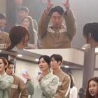 """El elenco de """"The Penthouse 2"""" (incluido Uhm Ki Joon) celebra la vida en prisión de Joo Dan Tae en un video del detrás de cámaras"""