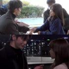 """Seo In Guk y Park Bo Young prestan atención a los detalles más mínimos mientras se toman de la mano en """"Doom At Your Service"""""""