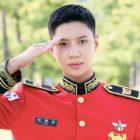 Taemin de SHINee luce espectacular en nuevas fotos de la banda militar + responde preguntas sobre la vida militar