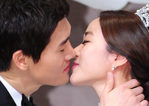 Actors Yoo Ji Tae and Kim Hyo Jin Tie the Knot