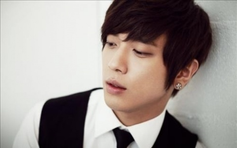 jung-yong-hwa-looks-shorter-than-his-profile-height_image