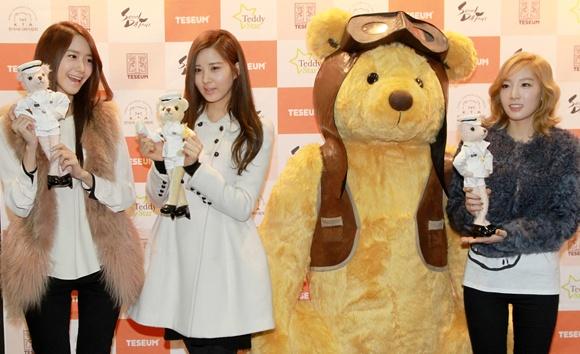 IU, SNSD and T-ara Meet Their Teddy Bear Counterparts at the Seoul Doll Fair
