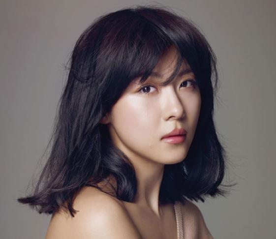 "Ha Ji Won Looks Feminine and Dreamy for ""Elle"""