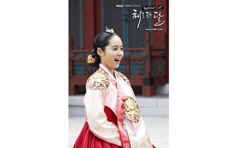 """""""The Moon that Embraces the Sun"""" Han Ga In's Dazzling Beauty"""