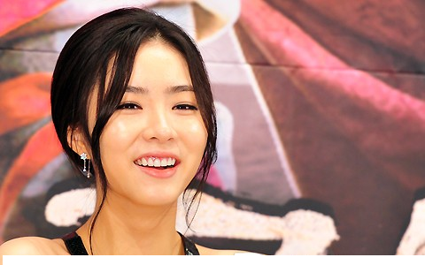 shin-se-kyung-wows-in-a-simple-black-and-white-dress_image
