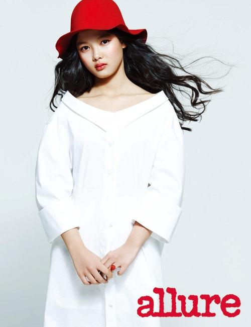 """Kim Yoo Jung Shows Off Chic Charm on """"High Cut"""" Photo Shoot"""
