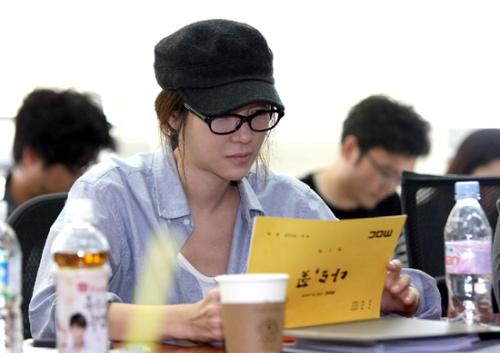 Lee Ji Ah Makes Her First Appearance in Six Months for Script Reading of 'Me Too, Flower'