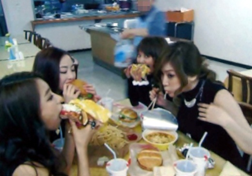SISTAR Pigs Out on Burgers and Ramen