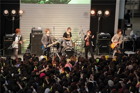 FT Island Promotes New Single in Osaka and Tokyo