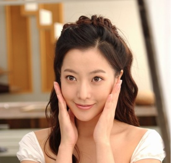 Kim Hee Sun Reveals Photo of Daughter