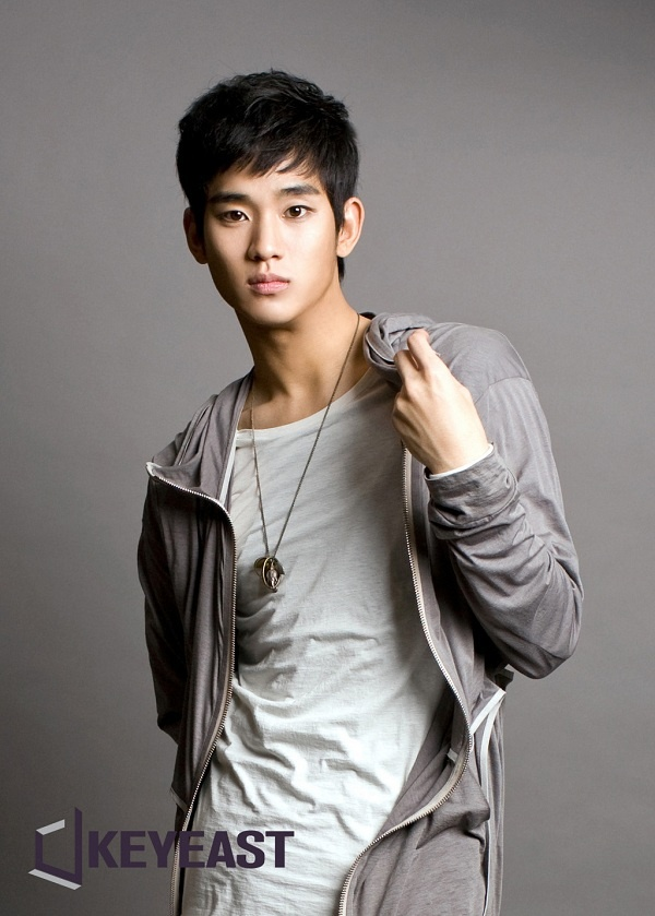 """Kim Soo Hyun Celebrates 24th Birthday with Fans on the Set of """"The Moon that Embraces the Sun"""""""