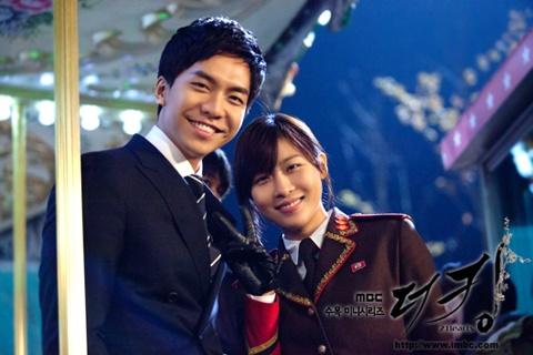"""The King 2hearts"" Lee Seung Gi and Ha Ji Won Lock Lips"