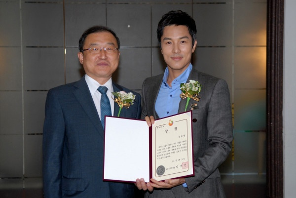 """Kim Dong Wan Receives Award as """"Sharing Person of The Month"""""""