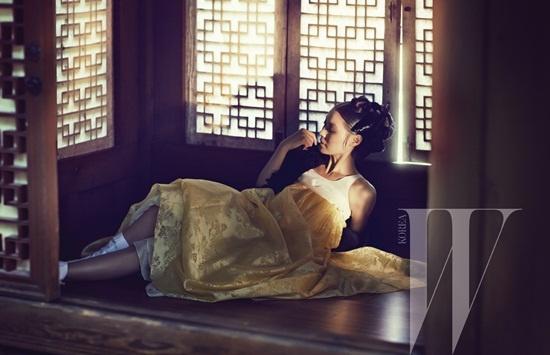 "Yoon So Yi Transforms Into ""Portrait of a Beauty"""