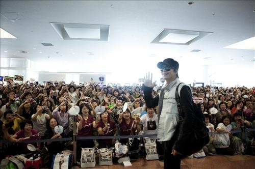 Bae Yong Joon's Visit to Japan Paralyzes Airport