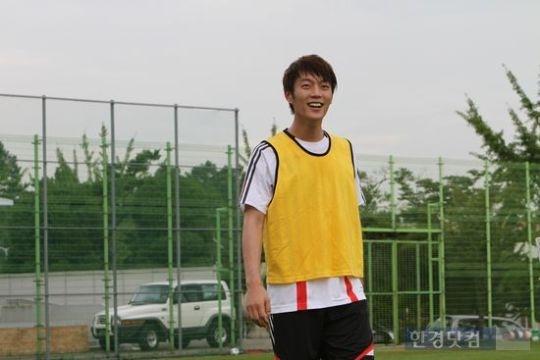 "BEAST Yoon Doo Joon Shows Off Soccer Skills on MBC's New Drama ""A Thousand Kisses"""