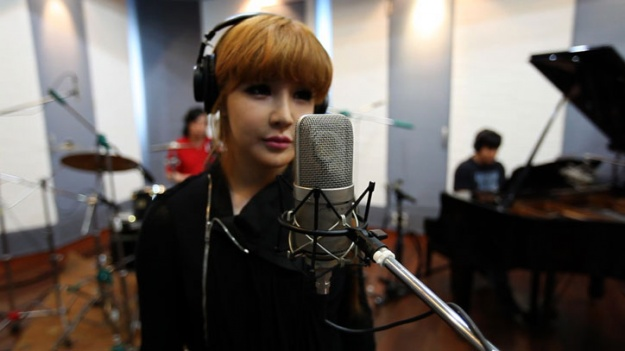 """Park Bom Sings Live and Big Bang Unveils Osaka Rehearsal Clips on """"YG on Air."""""""