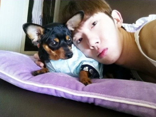 2AM's Jo Kwon Takes Photos With His Pet
