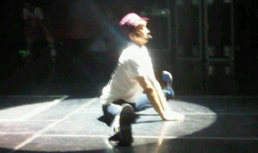 taecyeon-releases-a-photo-of-wooyoung-doing-splits_image