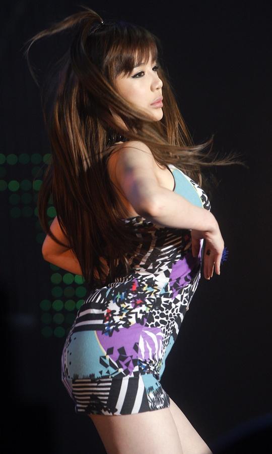 2NE1 Park Bom Will Sing Live for 2011 MAMA