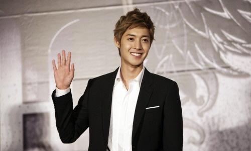 Kim Hyun Joong Has Impromptu Meeting with Fans at a Restaurant